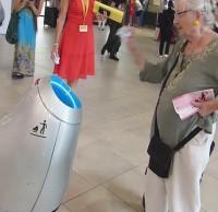 国外智能垃圾桶小发明:招招手就会靠近