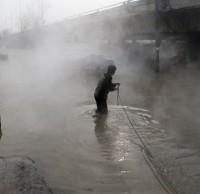 建筑垃圾填入污井导致西安街头水漫金山