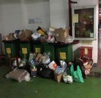 深圳撤出上百小区分类垃圾桶 业主没处扔垃圾堆物业门口