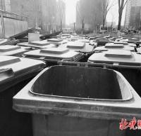 北京小区物业垃圾桶堵门,以新换旧是好事,扫尾工作也要落实