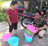 干部为村民发放了分类垃圾桶