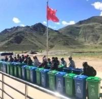 捐赠分类垃圾桶 助力美丽乡村建设