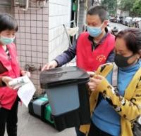 发放分类垃圾桶共创美丽绿色社区